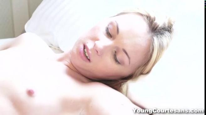 Похотливая жена после ухода мужа стала трахаться с парнем на кровати