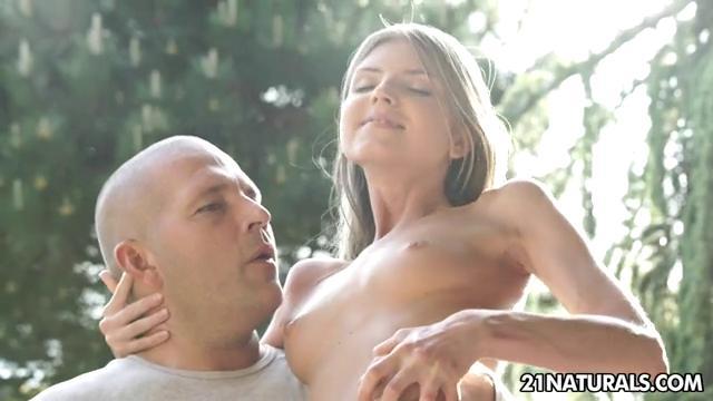 Лысый парень страстно жарит свою любовницу