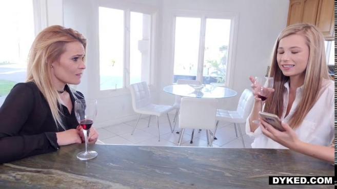 Симпатичная блондинка уговорила свою подругу заняться с ней лесбийским сексом