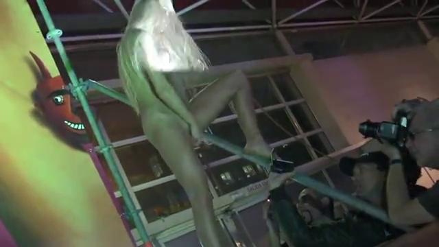 Ночной клуб со стриптизом красивых голых девушек с силиконовыми дойками
