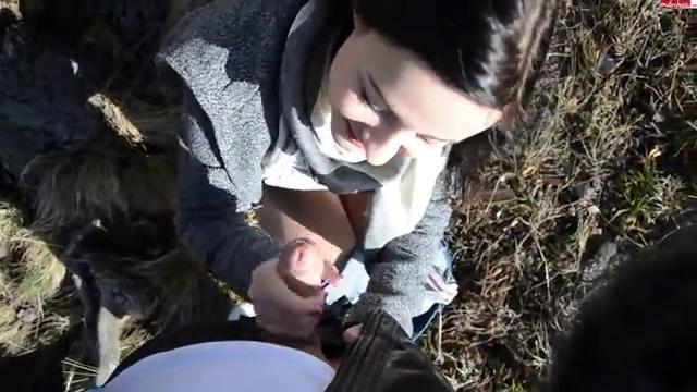 Красивая молодая студентка отсосала парню у дерева